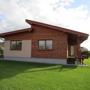 летний одноэтажный кирпичный дом
