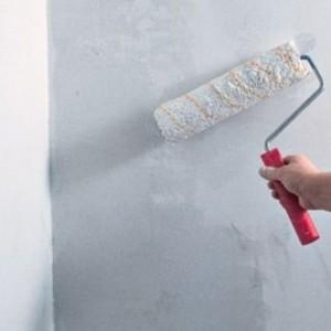 нанесение силиконовой грунтовки на стену