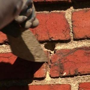 удаляем трещины в кирпичной стене
