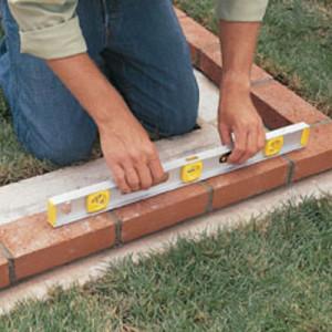 Перед кладкой необходимо проверить уровень поверхности