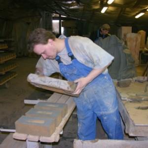 лепка кирпича из глиняного материала
