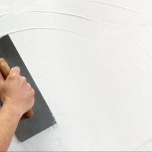 нанесение декоративной штукатурки на стену
