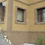 фасад дома из рваного кирпича