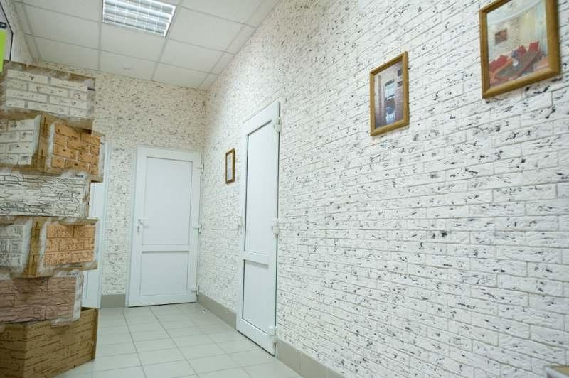 пример стены, отделанной гипсовой плиткой