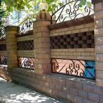 декоративный забор из рваного кирпича