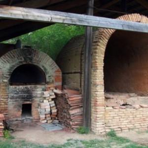 Возле станка рядом строят печь