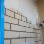 Как покрасить и отделать кирпичную стену на балконе