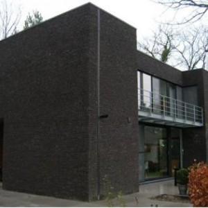 дом из черного кирпича