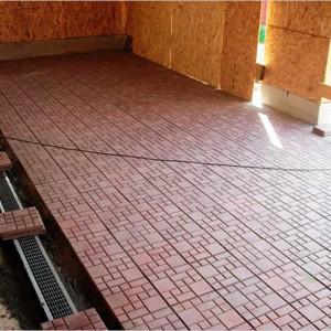 Тротуарная плитка на полу в гараже фото