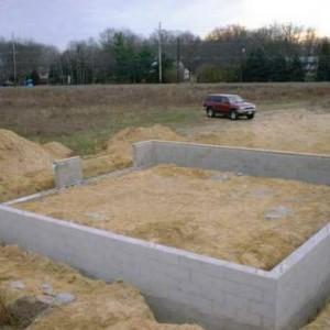 Выкладываем фундамент для гаража из пеноблоков