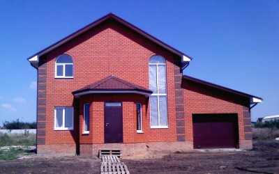 Фото двухэтажного кирпичного дома с гаражом