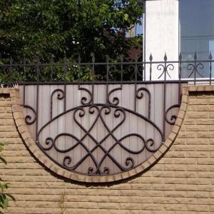 Рзнообразие кованых кирпичных заборов поражает воображение