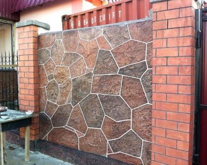 Красивый отделанный камнем кирпичный забор