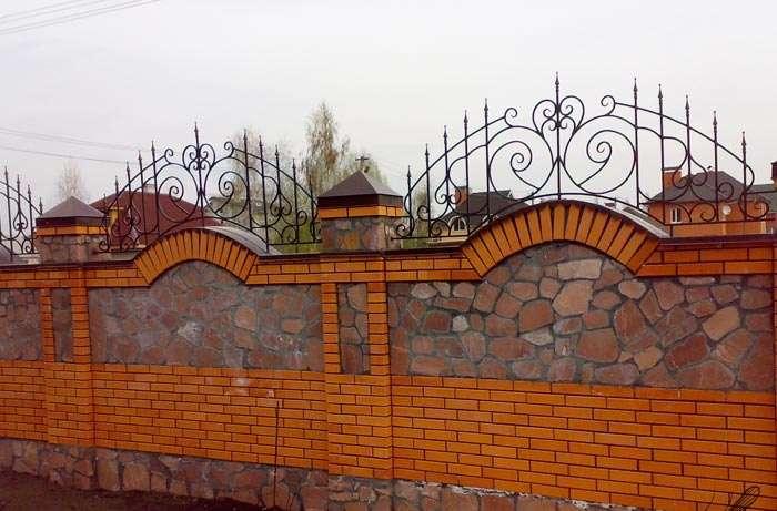 Пример красивого кирпичного забора с ковкой и декоративными элементами