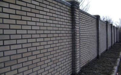 Забор из силикатного кирпича фото