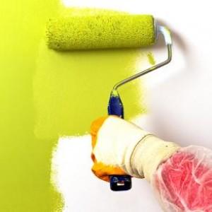 наносим краску на стену