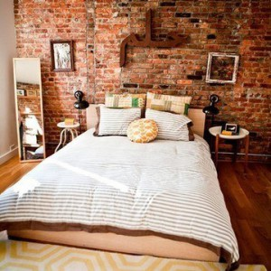 спальня с кирпичной стеной фото