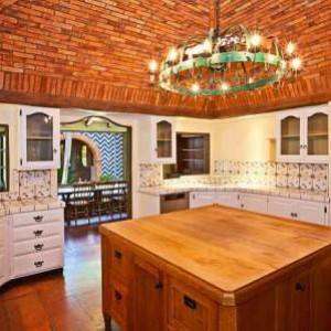 кухонный кирпичный потолок
