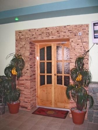 отделанный кирпичом дверной проем