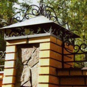 столб с декоративным украшением