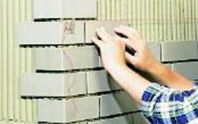 процесс укладки плитки под кирпич