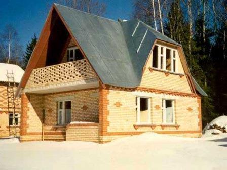 строящийся кирпичный дом
