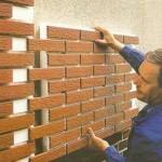 оформление стены декоративным кирпичом, штукатуркой