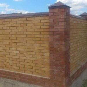 забор из прессованного кирпича
