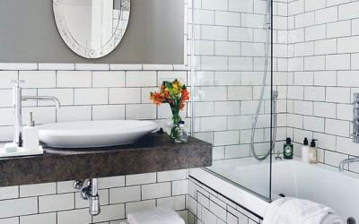бела кирпичная стена в ванной