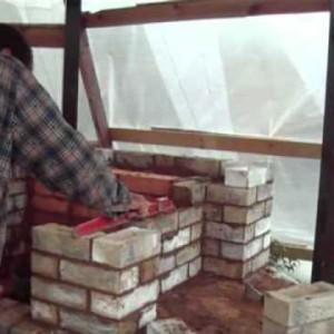 при выкладке стенок мангала необходимо их выравнивать
