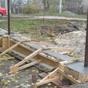 Забор кирпичный с профнастилом: как правильно заложить фундамент