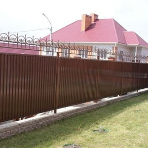 Профлистовой забор с элементами ковки и кирпичным фундаментом