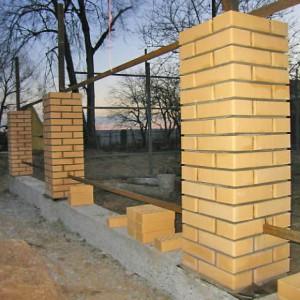 Строительство кирпичных столбов для забора