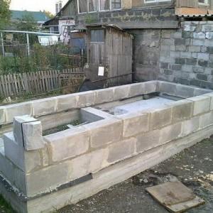 Начало возведения фундамента и стен бани из шлакоблоков.