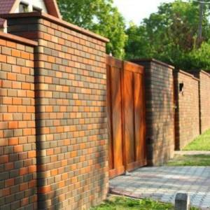 Забор из клинкерного кирпича фото